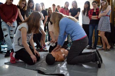 Tým anesteziologicko-resuscitačního oddělení Nemocnice Prostějov přiblížil studentům základy první pomoci