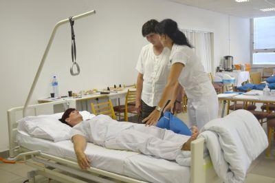 Nemocnice v Přerově a Prostějově vychovaly 49 nových sanitářů