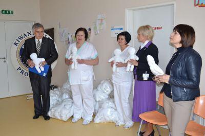 Pobyt v nemocnici ulehčují dětem v prostějovské nemocnice panenky Kiwanis, které ušily s láskou babičky v domově pro seniory