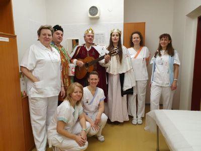 Tři králové přinesli novoroční přání i povzbuzení nemocným v Nemocnici Prostějov