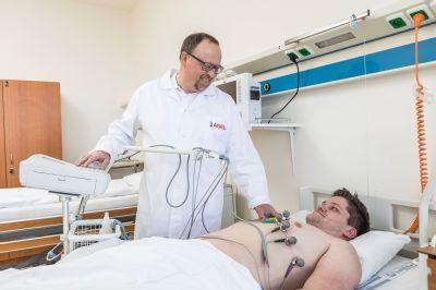 Senioři v horku málo pijí, řada z nich skončila v prostějovské nemocnici. Ve Šternberku ošetřili pobodané hmyzem
