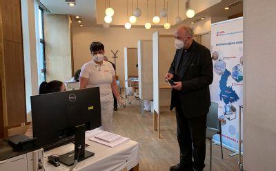 Olomoucký arcibiskup si nechal aplikovat vakcínu proti covid-19  od zdravotníků prostějovské nemocnice